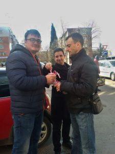 Младежи раздават мартеници на бургазлии